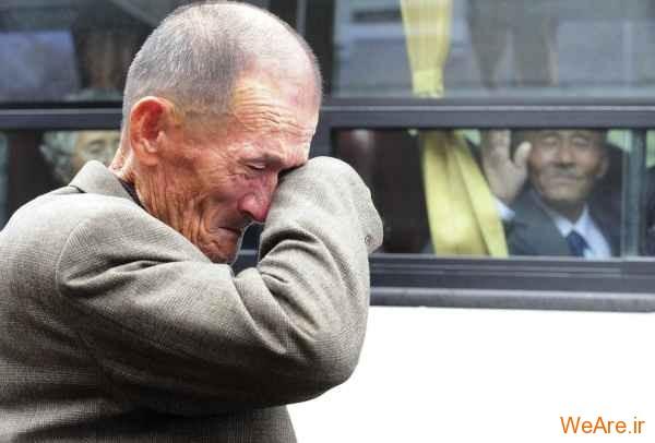 پیرمرد گریان در کنار قطار