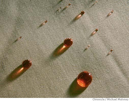 شکل1-خاصیت دافعه قطره های مربا و دفع لک و کثیفی به کمک تغییرات سطحی در محصول نانوتکس