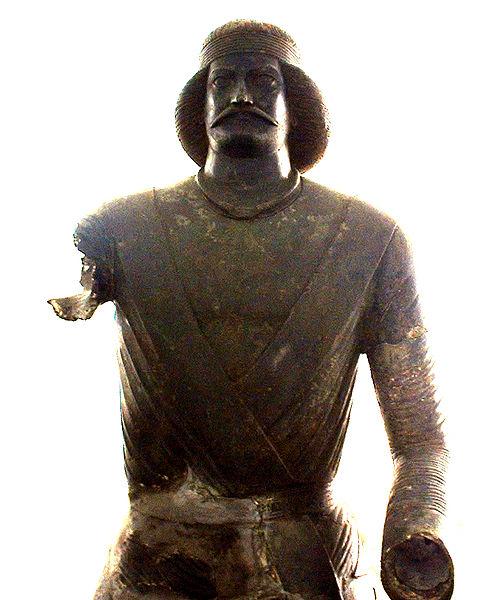 مجسمه یک فرد پارتی که اعتقاد بر این است که شمایل سردار سورنا میباشد. این مجسمه در موزه ملی ایران موجود است.