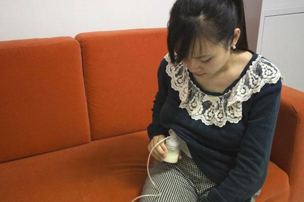 تصویر زنی که شیرخود را برای سازمان خیریه تغذیه کودکان جمع آوری می کند. آنچه مسلم است بزودی این ایثار در زیر چرخ های تجارتی کثیف از میان خواهد رفت.[Photo/news.sohu.com]