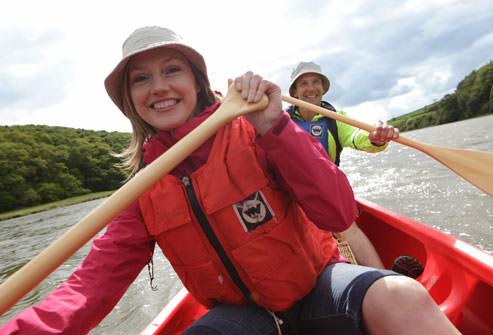 زن قایق سوار