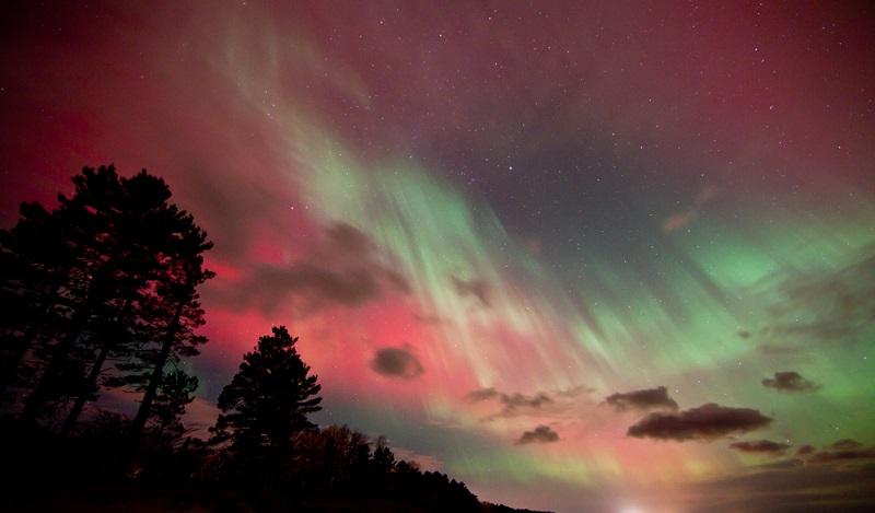 northern-lights-lake-michigan-pink