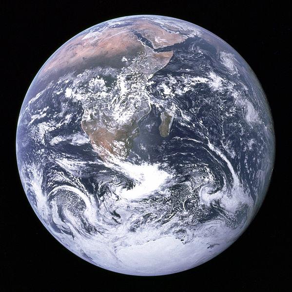 تیلهٔ آبی زمین از فاصله ۴۵٬۰۰۰ کیلومتری