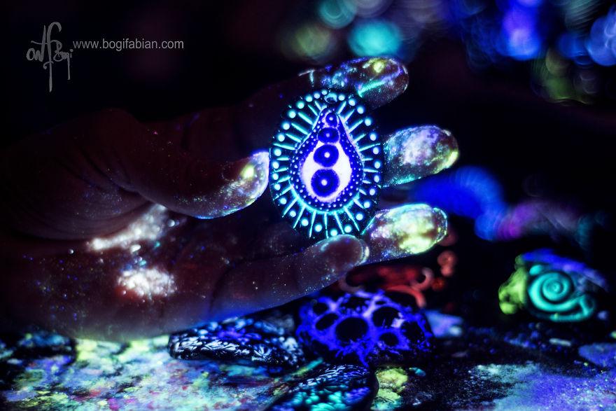 Imaginary-Glowing-Ceramics-Created-by-Hungarian-Artist-Bogi-Fabian17__880