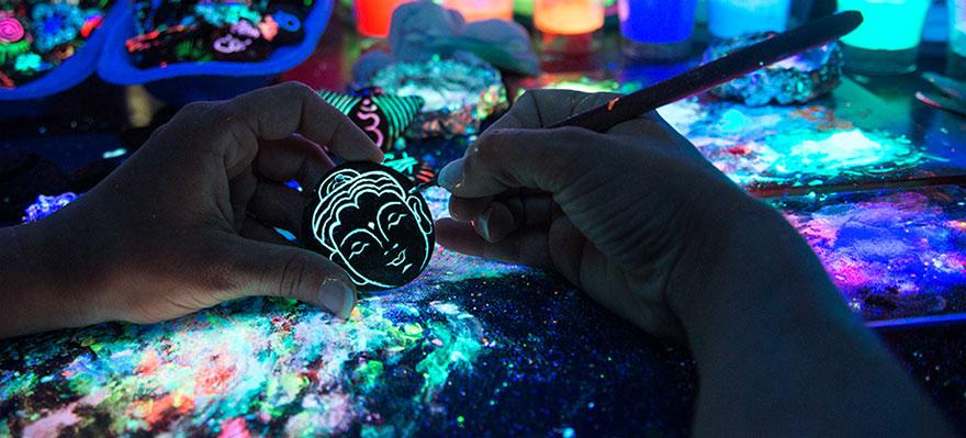 Imaginary-Glowing-Ceramics-Created-by-Hungarian-Artist-Bogi-Fabian23__880