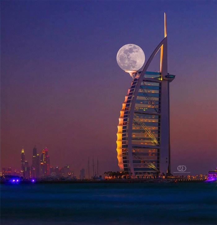 The-moon-lands-on-a-helipad