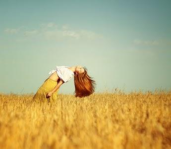 دخترک در مزرعه