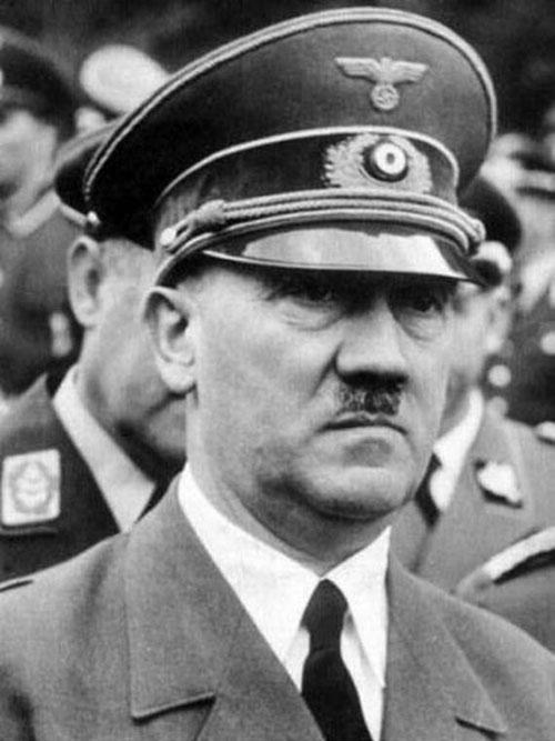 """آدولف هیتلر در سالر 1938 به عنوان """"مرد سال"""" در یکی از روزنامه ها معرفی شد."""