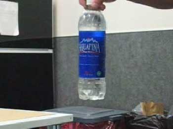 روش نوین مخفی کردن مواد مخدر در بطری آب (ویدئو)