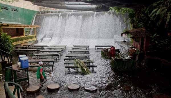 رستوران آبشار در فیلیپین (عجیب اما جالب)