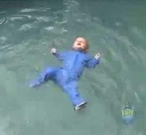 نوزاد چگونه ناخودآگاه شنا می کند (ویدئو)