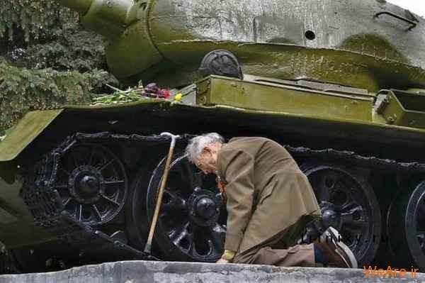 زانو زدن جانباز روسی کنار تانک