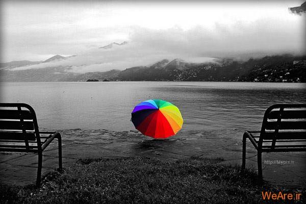 چتری رنگی در ساحل