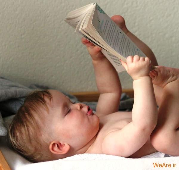 کودک در حال خواندن کتاب