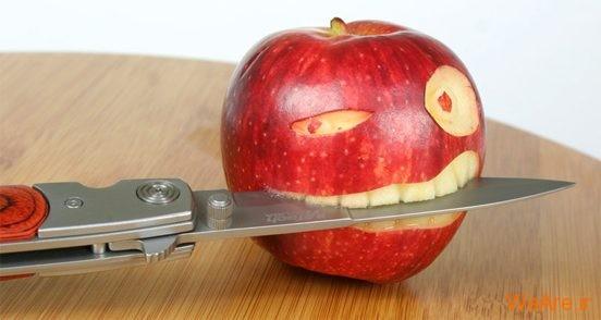 تصاویر خلاقانه، خوردن چاقو توسط سیب