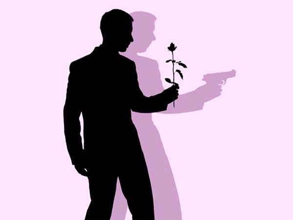 مردی با گل و اسلحه