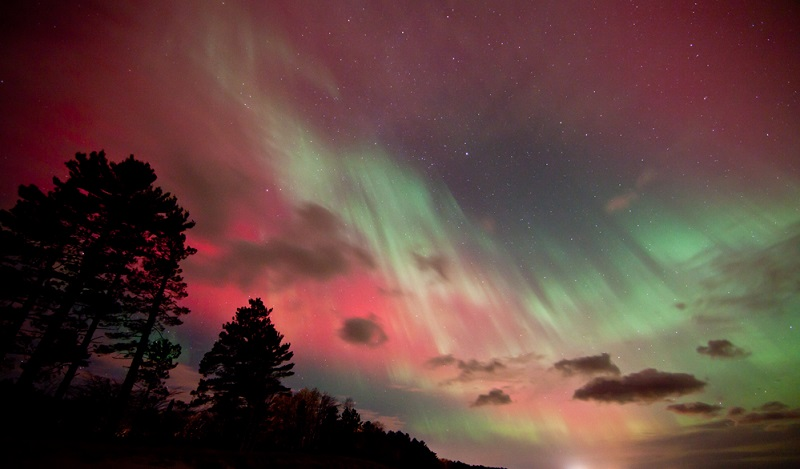 northern-lights-lake-michigan-pink