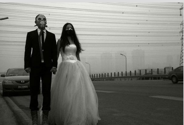 اعتراض به آلودگی آب و هوا از نوع عروس و داماد