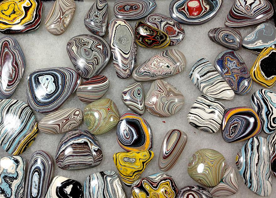 جواهرات ساخته شده از  لایه های رنگ خودرو در کارخانه قدیمی خودرو