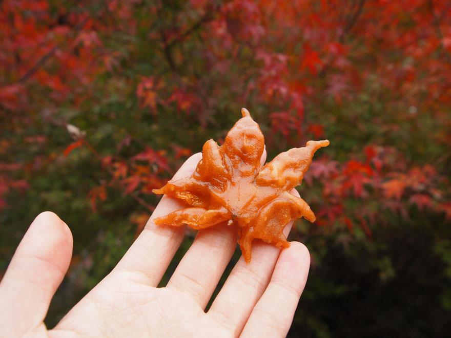 برگ افرای سرخ شده یک میان وعده خوشمزه در ژاپن