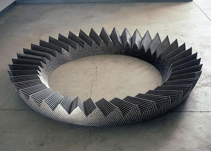 تبدیل میخ های ۱۲ اینچی به مجسمه های خیره کننده