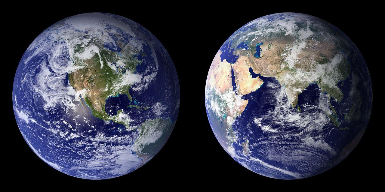 تیلههای آبیرنگ جدید که از مونتاژ نگارههای ماهوارهای از نیمکرههای شرقی و غربی زمین در سالهای ۲۰۰۱ و ۲۰۰۲ ساخته شدهاند.