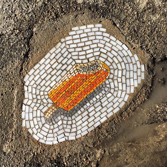 رفع چاله های خیابان با موزاییک بستنی!