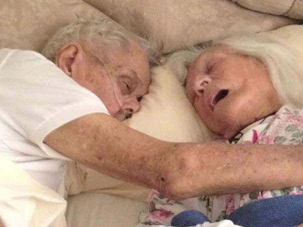 بعد از گذشت ۷۵ سال از ازدواج، این زن و شوهر در آغوش یکدیگر جان باختند