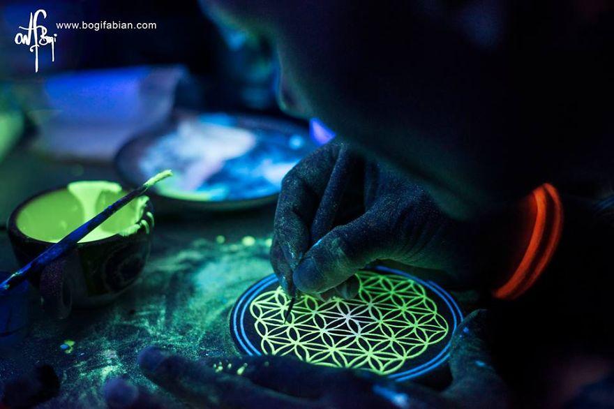 Imaginary-Glowing-Ceramics-Created-by-Hungarian-Artist-Bogi-Fabian2__880