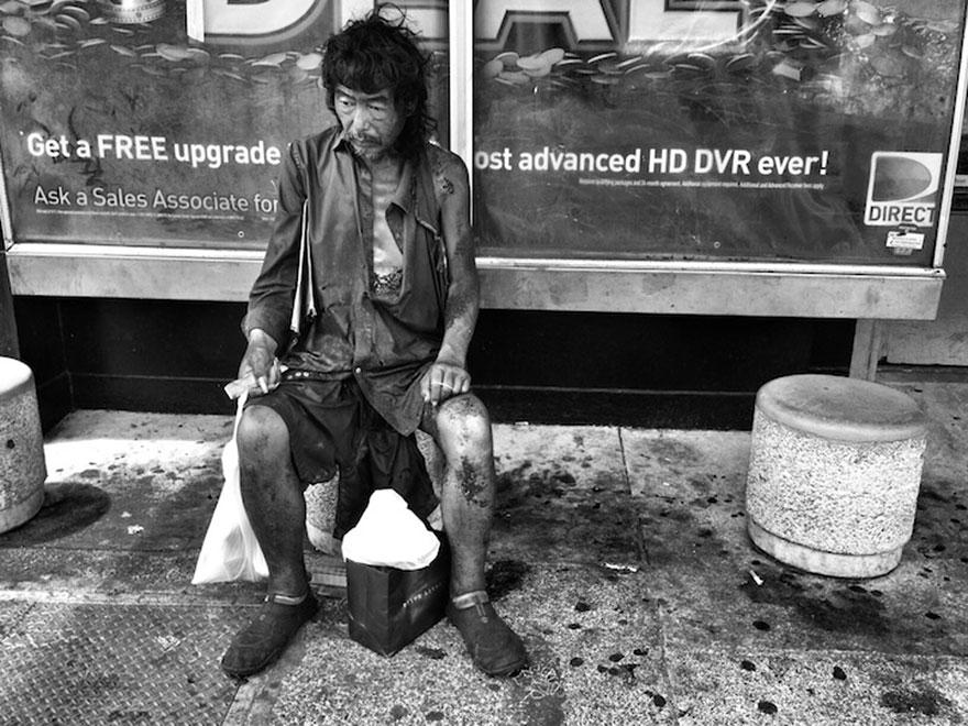 عکاسی که بعد از ۱۰ سال عکاسی از مردم بی خانمان، پدرش را در میان آنها یافت