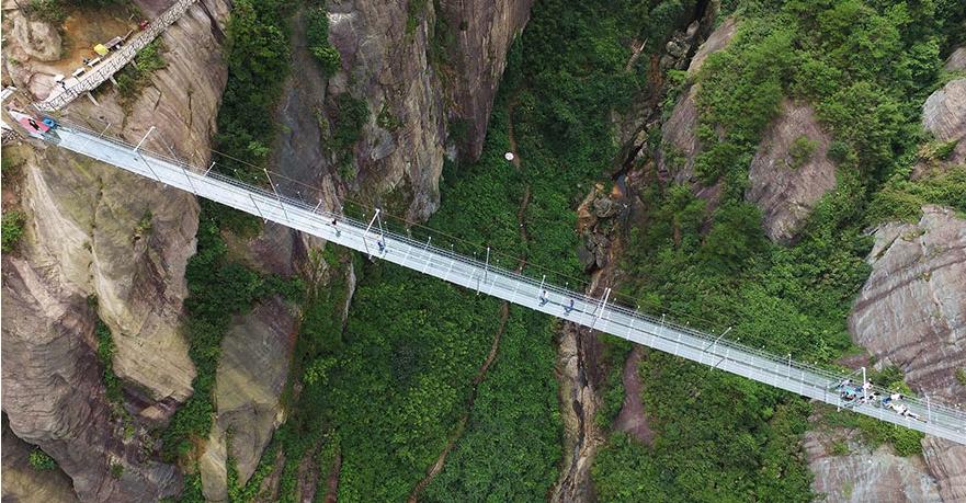 طولانی ترین پل شیشه ای جهان در ارتفاع ۴۰۰ متری