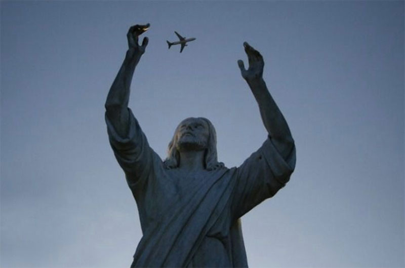 A-statue-of-Jesus-catching-a-plane