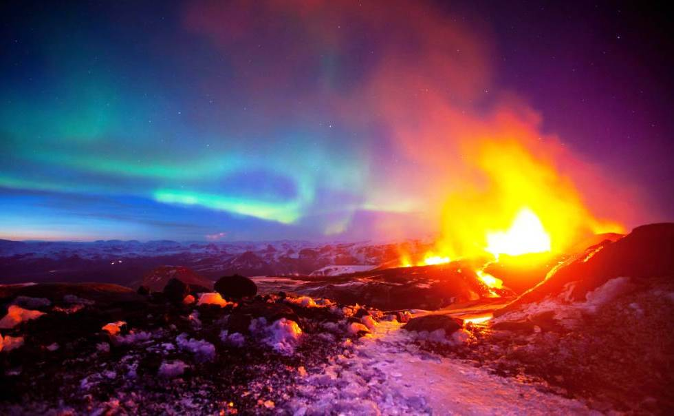 interesting-pictures-volcano-aurora
