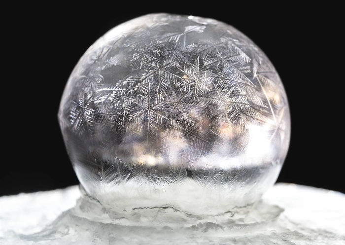 soap-bubbles-freezing-at-15-celsius-in-warsaw-poland-3__700
