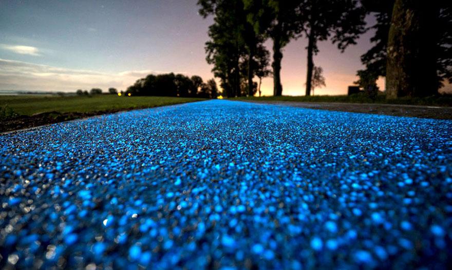 جاده ای رویایی که در شب می درخشد