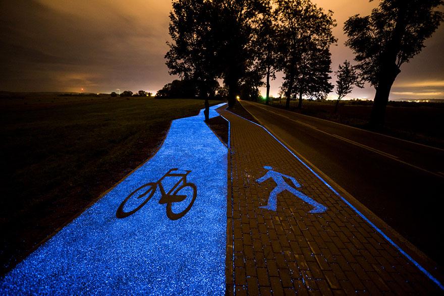 جاده آبی که در شب می درخشد