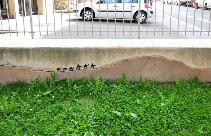 تبدیل شکاف و درز دیوار به یک اثر هنری