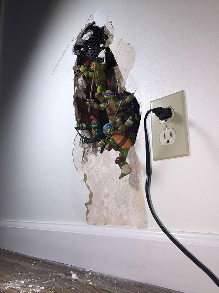 خلاقیت در تعمیر دیوار خراب با لاک پشت های نینجا