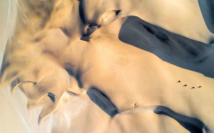 #21 Quad Bikes In The Dunes : دوچرخه سواری چهار نفره در تپه ها - صخره های عظیم تپه های شنبلی نامیبیان هنگامی که خورشید در زیر افق قرار می گیرد.
