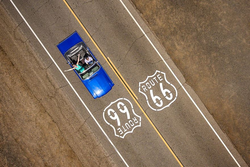 #8 Cruising The Route 66 : کروز مسیر 66 - یک زن و شوهر در آئودی Ford Mustang Convertible کلاسیک آبی رنگ، رانندگی در مسیر تاریخی 66.