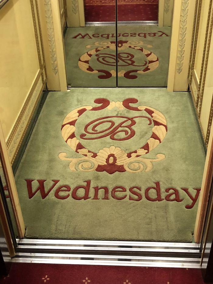 آسانسور با فرشی که روز هفته را نشان می دهد. هر روز فرش تعویض می شود.