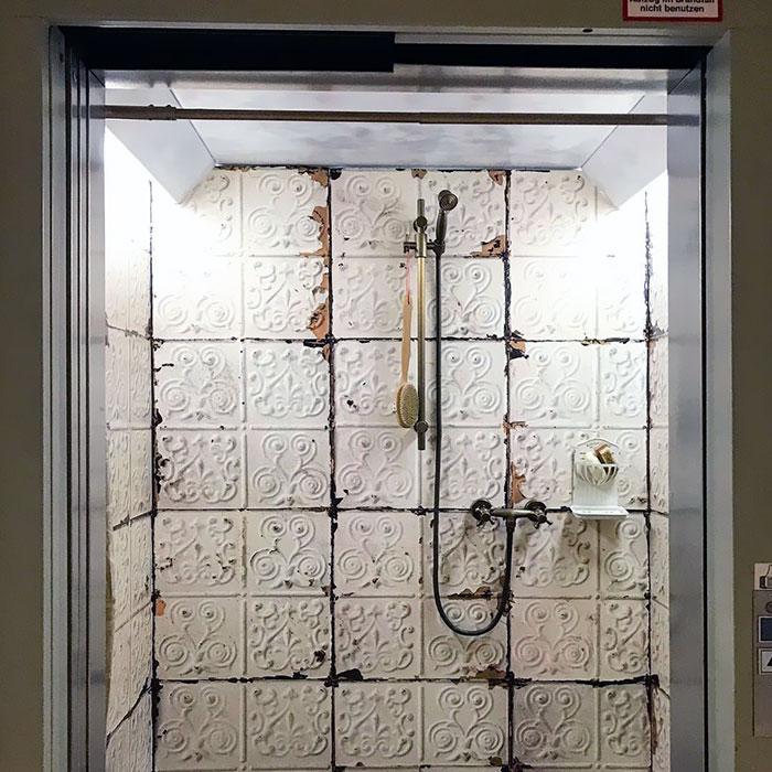 آسانسوری با طراحی حمام های قدیمی